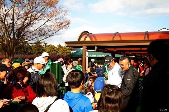 練習を終え、ギャラリーのサインに応じる松山英樹