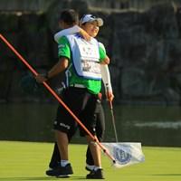 黄アルムは今季3勝目。18番グリーンで抱き合った 2018年 伊藤園レディスゴルフトーナメント 最終日 黄アルム