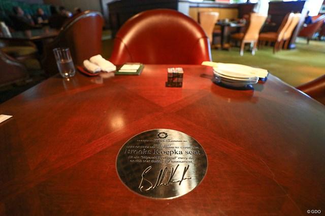 フェニックスカントリークラブのレストランにできたブルックス・ケプカの記念プレートが埋め込まれた座席
