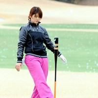 遊んでいるわけではありません。バランスの訓練だそうです 2010年 江連忠ゴルフアカデミー始動 諸見里しのぶ