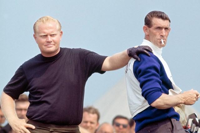 1967年のニクラス(左)とキャディのジミー・ディッキンソン。ホイレークにて(GETTY IMAGES INC/米ゴルフダイジェスト誌)