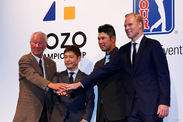 PGAツアー「ZOZO CHAMPIONSHIP」の開催を発表する前澤友作ZOZO社長(左から2人目)、松山英樹ら
