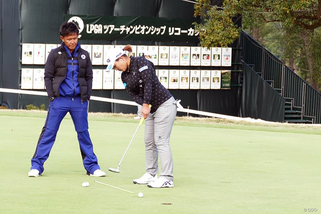 鈴木愛は練習場でパットの最終調整。高麗グリーンを攻略できるか