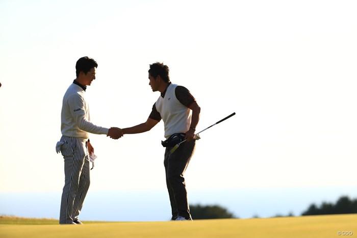 藤田寛之プロと握手してフィニッシュ 2018年 カシオワールドオープンゴルフトーナメント 初日 石川遼