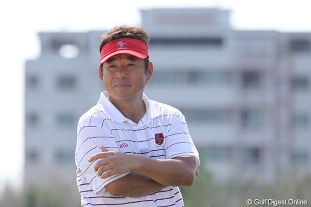 苦しむ日本ペアを見て、尾崎キャプテンの表情も渋い