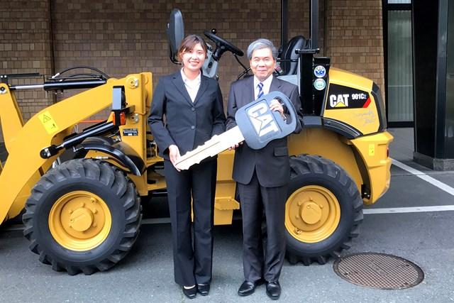 建設機械を贈呈した大里桃子(左)と蒲島郁夫・熊本県知事