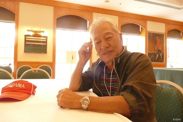 香港GCのクラブハウスで、日本人会ゴルフ同好会について語る北村功さん