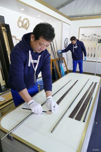大会のギャラリーブースでは、酒田工場から3人のクラフトマイスターが来て、クラブの製作工程を実演