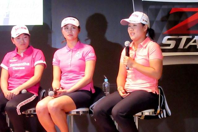 新ボールの発表会に出席した勝みなみ(左)、新垣比菜(中央)、畑岡奈紗