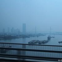 バンコクから市街地を抜け、どんどん南下。どのドライバーもかなり飛ばしている 車窓から/アジアンツアーファイナルQT