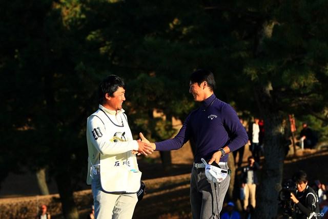 石川遼(右)は1ボギーの「71」でプレーし通算3アンダー5位に後退した