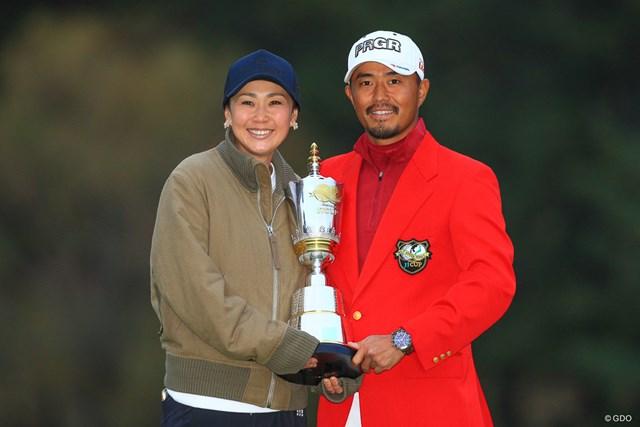 2018年 ゴルフ日本シリーズJTカップ 最終日 小平智 妻・古閑美保さん(左)と優勝カップを持つ小平智