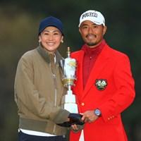 妻・古閑美保さん(左)と優勝カップを持つ小平智 2018年 ゴルフ日本シリーズJTカップ 最終日 小平智