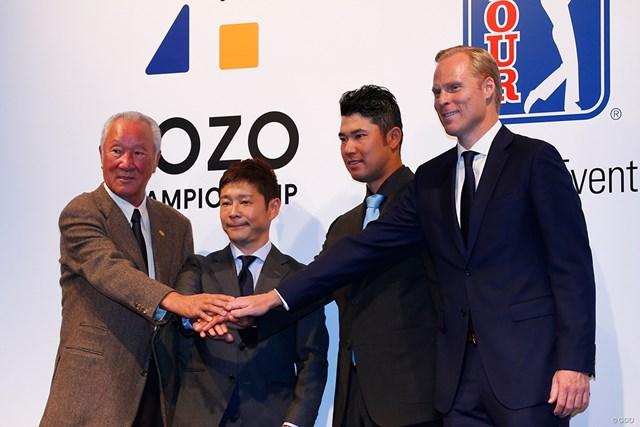 新規大会の記者会見に参列した青木功JGTO会長、ZOZO前澤友作社長、松山英樹、PGAツアーバイスプレジデントのクリスチャン・ハーディ氏