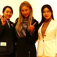 追っかけ卒業を宣言した三浦桃香(左)。ユ・ヒョンジュ(中央)、アン・シネと記念撮影 2018年 三浦桃香 ユ・ヒョンジュ アン・シネ