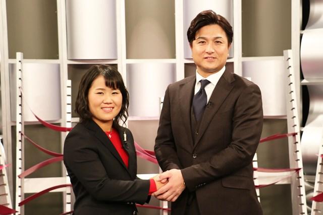 子どものころから巨人ファンだという畑岡奈紗(左)は高橋由伸氏とがっちり握手