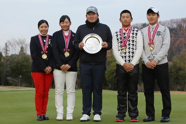 優勝した大槻智春(中央)とジュニア選手