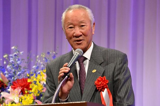 谷口徹に祝いの言葉をかける日本ゴルフツアー機構(JGTO)の青木功会長