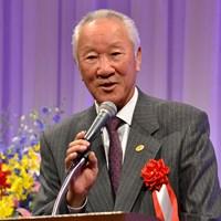 谷口徹に祝いの言葉をかける日本ゴルフツアー機構(JGTO)の青木功会長 青木功