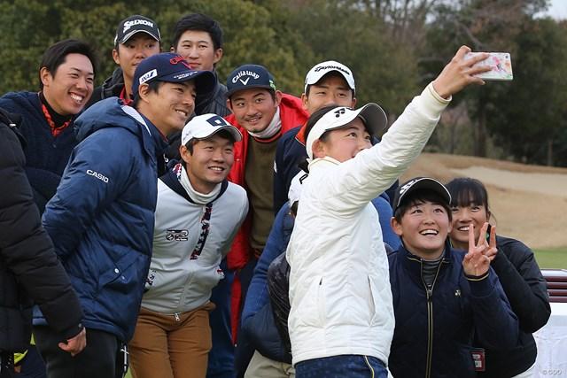 若手プロと一緒にフューチャーツアーに参加する石川遼。ジュニア選手たちも大喜び