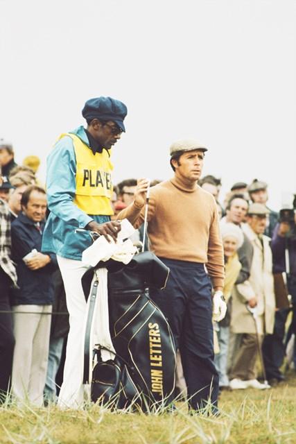 1974年のプレーヤーとキャディのアルフレッド・ラビット・ダイヤー。ロイヤルリザム&セントアンズにて(GETTY IMAGES INC/米ゴルフダイジェスト誌)