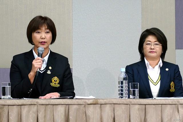 「放映権」問題の経緯を説明する小林浩美LPGA会長(左)
