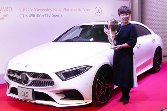 申ジエ 「車が大好き」という申ジエは、プレーヤー・オブ・ザ・イヤーの副賞に大喜び