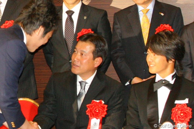 2010年 第44回ビッグスポーツ賞表彰式 石川遼&原辰徳、菊池雄星 受賞者の写真撮影時に原辰徳と握手をして頭を下げる菊池雄星