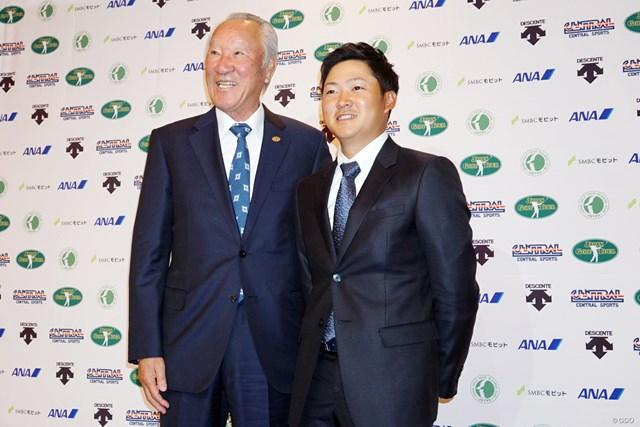2019年スケジュールの発表会見に出席した青木功JGTO会長(左)と18年賞金王の今平周吾
