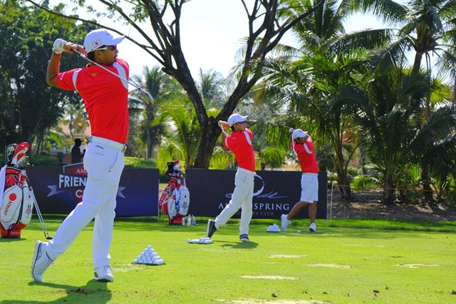 小平智(手前)ら男子チームは並んで練習。タイとの親善試合に臨む ※大会提供