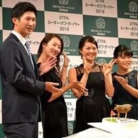 新垣比菜(右から2人目)の20歳誕生日を祝う星野陸也(左)と松田鈴英(左から2人目)と勝みなみ 新垣比菜