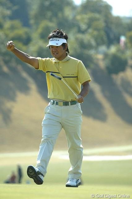最終18番。5メートルのスライスラインを読みきった藤田が優勝!