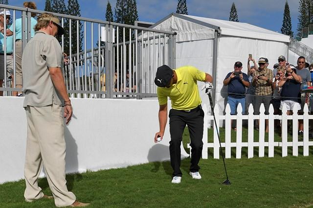 不慣れな様子でひざの高さからドロップするデシャンボー(Stan Badz/PGA TOUR)