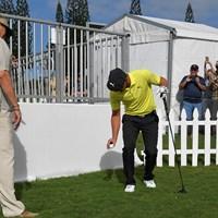 不慣れな様子でひざの高さからドロップするデシャンボー(Stan Badz/PGA TOUR) 2019年 セントリートーナメントofチャンピオンズ  3日目 ブライソン・デシャンボー