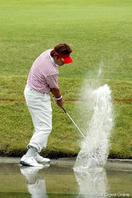 2004年 ブリヂストンオープンゴルフトーナメント 最終日 高山忠洋 最終18番でウォーターショットを試みる高山忠洋。このホールをボギーとしていまい4位タイに終わった。