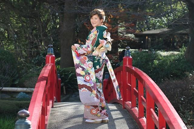 グリーンの振り袖をまとった成田美寿々