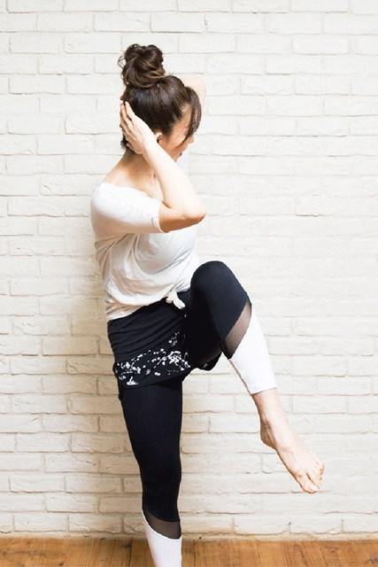 左の膝を持ち上げ、右の肘と左の膝をくっつけるように
