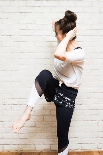 右の膝と左の肘を近づけて、息を吐き切る
