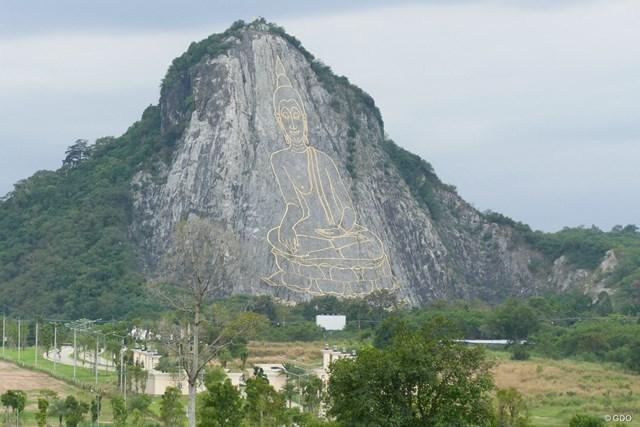 コースのどこからでも眺められるカオ・チーチャンの巨大仏像