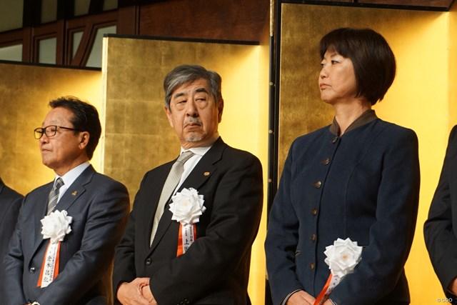 日本女子プロゴルフ協会の小林浩美会長(右)はゴルフ団体の新年会に出席した