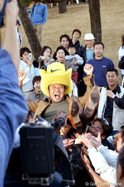 2004年 ゴルフ日本シリーズJTカップ 最終日 片山晋呉 4年ぶり2度目の賞金王に輝いた片山晋呉の胴上げ!