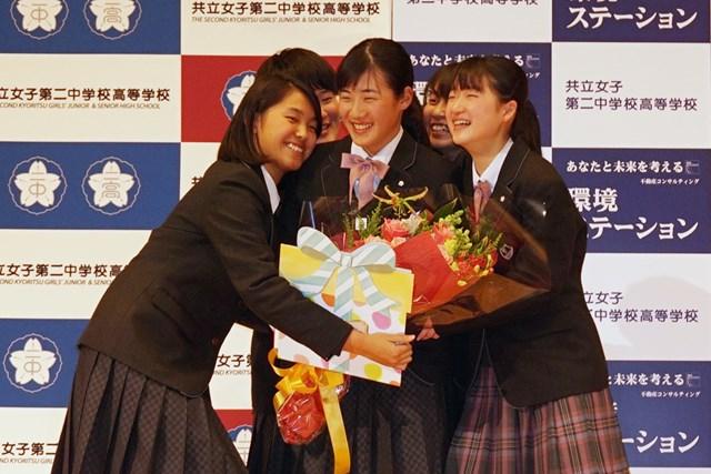 高校のクラスメートらにプロ転向を祝福される山口すず夏(中央)