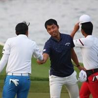 同伴競技者にも恵まれたと話す和田章太郎。ホールアウト後にがっちり握手 2019年 SMBCシンガポールオープン 3日目 和田章太郎