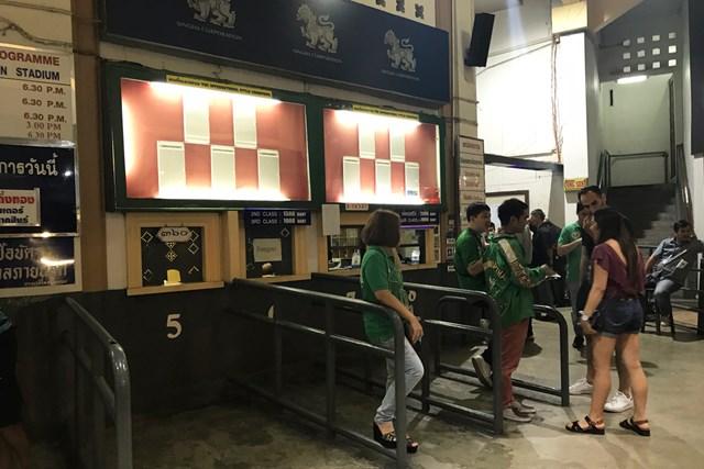 ラジャダムナン・スタジアムのチケット売り場。薄暗いが怪しくはない。