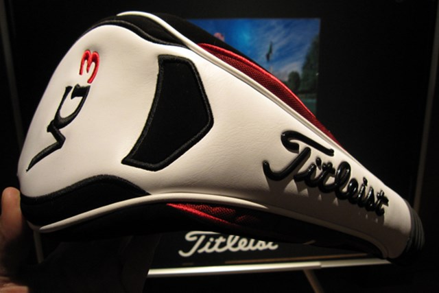 ヘッドカバーは白・黒・赤を使ったシンプルなデザイン