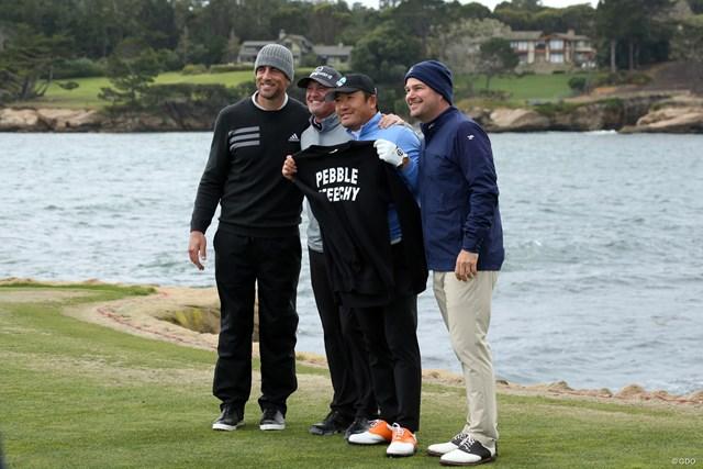 チェ・ホソンはジェリー・ケリー(左から2番目)、NFLのスターであるアーロン・ロジャース(左)、俳優のクリス・オドネルと3日間プレーした
