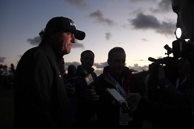 夕闇の中でインタビューを受けるミケルソン。完走を目指したが…(Harry How/Getty Images)