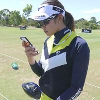 自分のスイングをスマホで撮影してチェックする原英莉花 2019年 ISPS HANDA オーストラリア女子オープン 事前 原英莉花