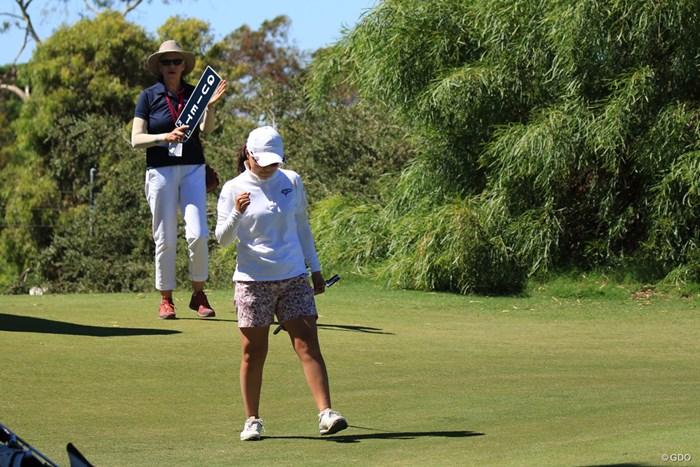 横峯さくらは14番でグリーン外からパターで決め、ガッツポーズ 2019年 ISPS HANDA オーストラリア女子オープン 3日目 横峯さくら