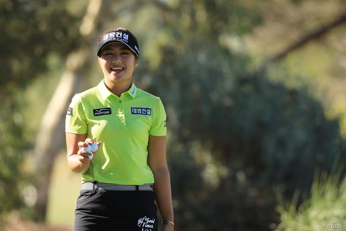 """ホールアウト後のパッティンググリーンで笑顔を見せるイ・ジョンウン6。ファンクラブ名は""""ラッキーシックス""""。 2019年 ISPS HANDA オーストラリア女子オープン 3日目 イ・ジョンウン6"""